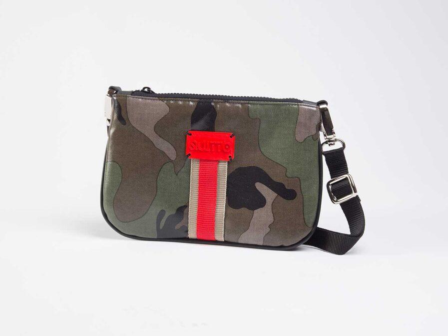 Quitto mini borsa / marsupio in tessuto tecnico camouflage verde, con riga centrale beige / rosso, etichetta 3d rossa.