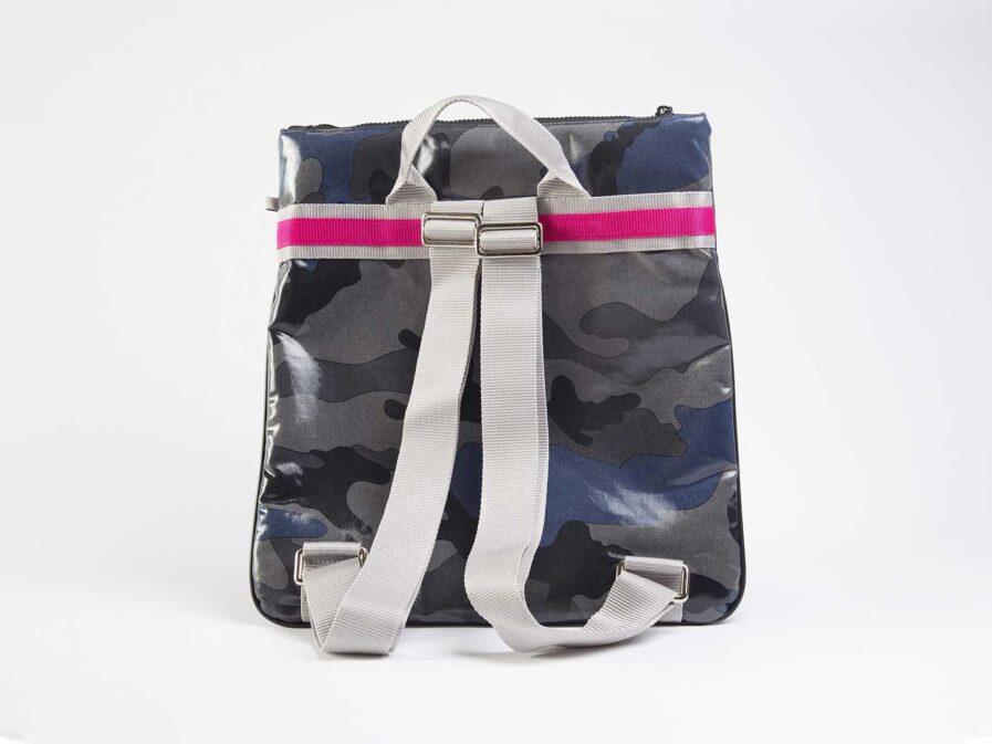 Quitto zaino in tessuto tecnico camouflage blu, con riga centrale grigio / fuxia, etichetta 3d fuxia