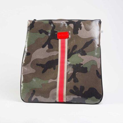 Quitto zaino in tessuto tecnico camouflage verde, con riga centrale beige / rosso, etichetta 3d rossa.
