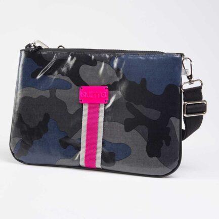 Quitto tracolla in tessuto tecnico camouflage azzurro, con riga centrale grigio / fuxia, etichetta 3d fuxia.