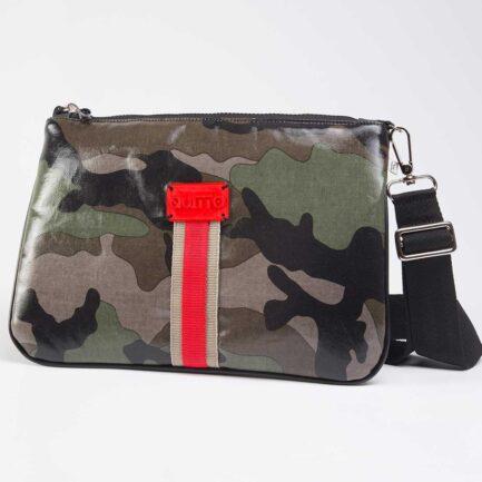 Quitto tracolla in tessuto tecnico camouflage verde, con riga centrale beige / rosso, etichetta 3d rossa.